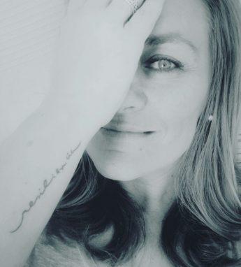 Grela Bravo, escritora, cubriéndose un ojo con la mano