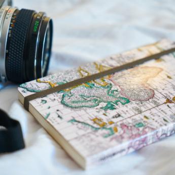 Libreta de viajes y cámara de fotos